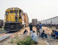 """Cientos de migrantes centroamericanos esperan abordar las góndolas del tren """"La Bestia"""" en territorio mexicano, para tratar de llegar a EE.UU. (Foto Prensa Libre:  EFE)"""