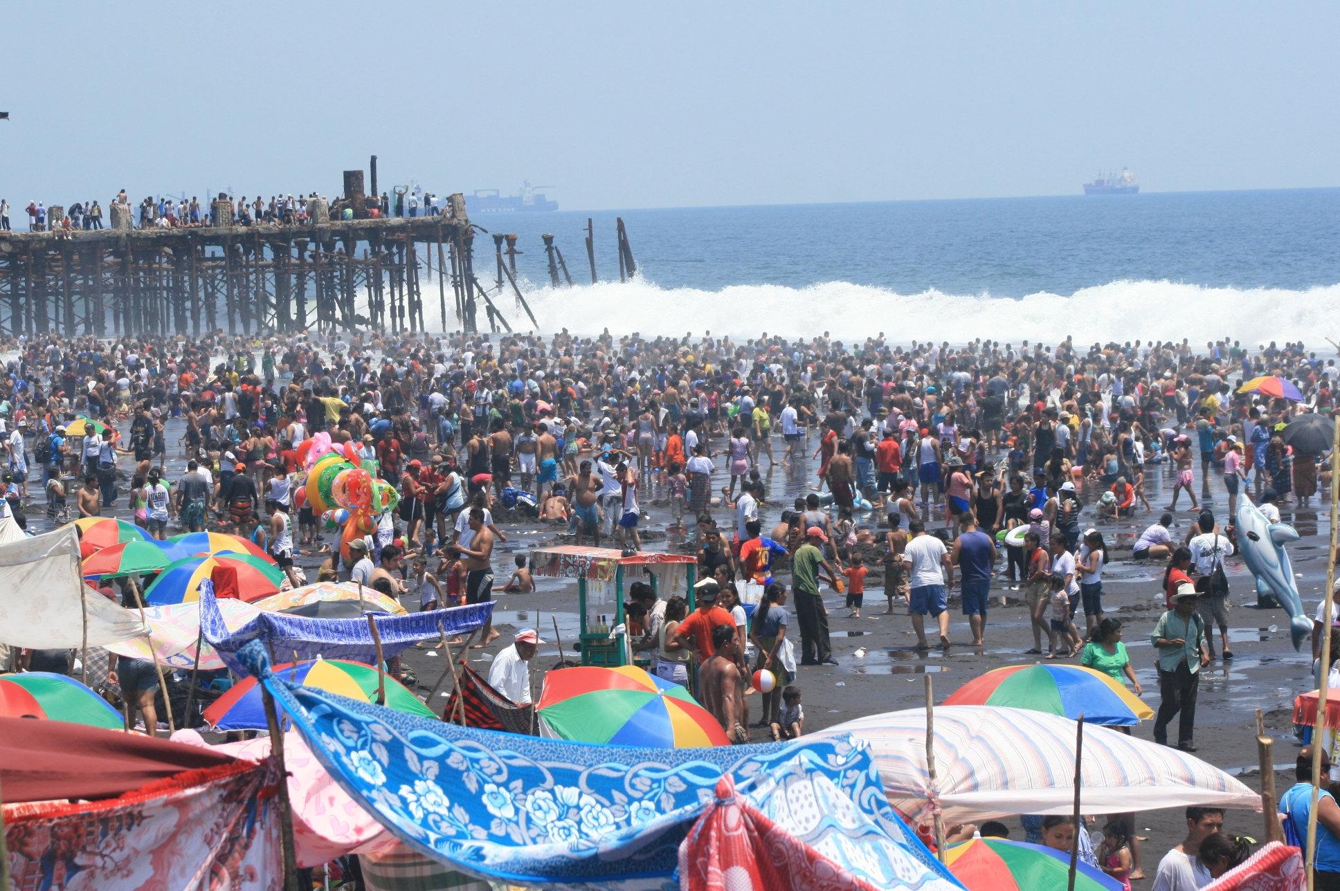 El puerto San José es uno de los lugares más concurridos, por lo que habrá un campamento para otorgar servicio médico gratuito, aunque no cuente con afiliación. (Foto Prensa Libre: Hemeroteca PL)
