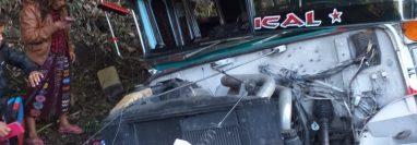 Tres familias viajaban a Champerico en este bus que se accidentó en la ruta Cito Zarco. (Foto Prensa Libre: Rolando Miranda)