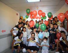 El plantel de Aurora FC comparte con niños en el Hospital Roosevelt. (Foto Prensa Libre: Cortesía)