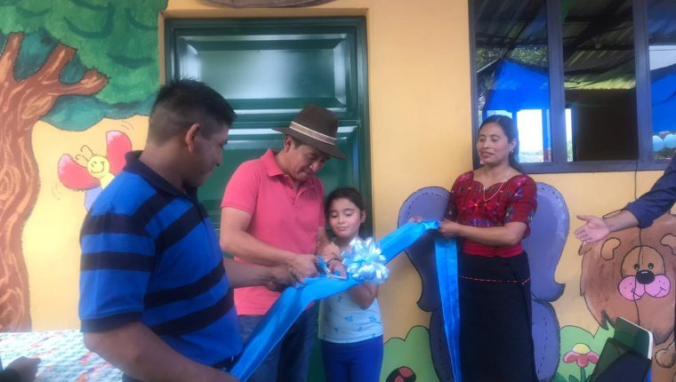 Rony Chalí movió a la comunidad tuitera para construir una escuela de párvulos en  Chuachilil, Yepocapa, Chimaltenango, que fue inaugurada el domingo 7 de abril de 2018. (Foto Prensa Libre: Cortesía)