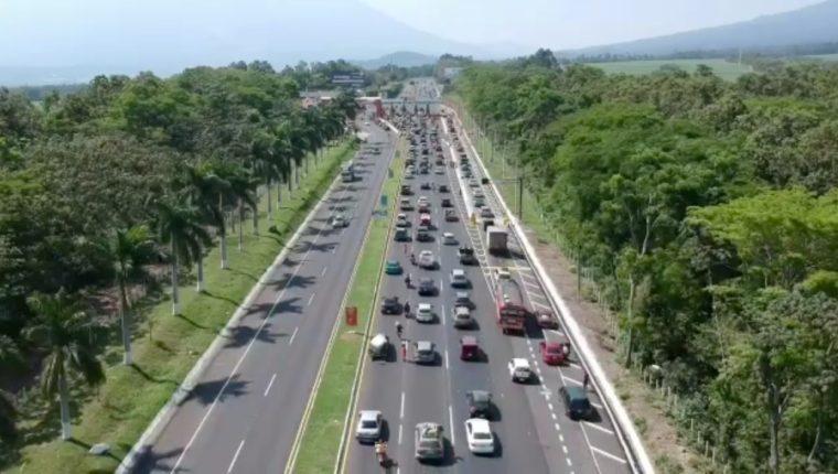 Congestionamiento vehicular se reporta en en peaje debido a la gran cantidad de guatemaltecos que retornan a la capital. (Foto Prensa Libre: Carlos Paredes)