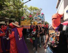 Facultad de Ciencias Económicas lleva su carroza en hombros. (Foto Prensa Libre: Carlos Hernández)