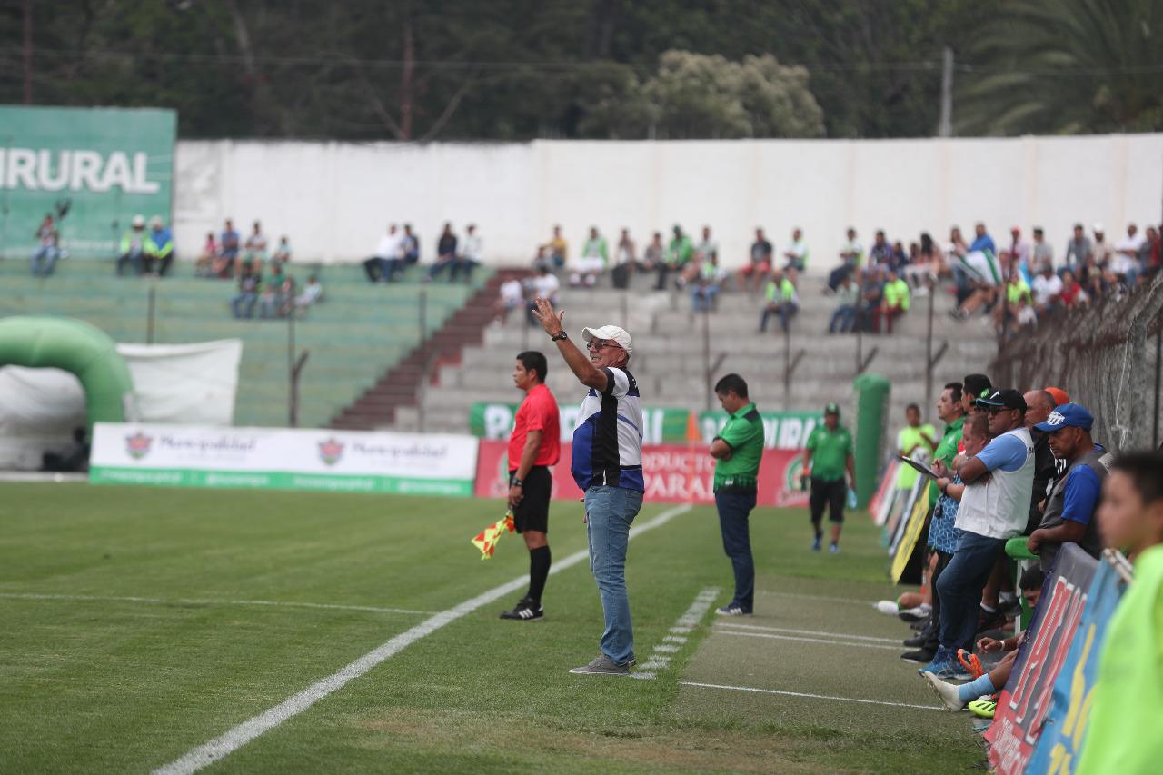 Ariel Sena da indicaciones durante el partido. (Foto Prensa Libre: Edwin Fajardo)