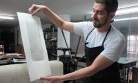 Erick Menchú, en su taller mientras crea una obra relacionada con su mural Cauce.  (Foto Prensa Libre: María Renee Barrientos).