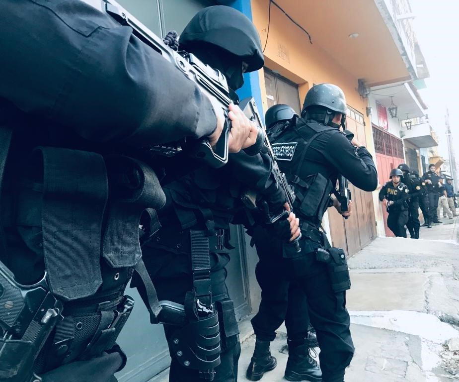 Efectivos policiales, durante uno de los allanamientos en los que buscan a extorsionistas. (Foto: PNC)