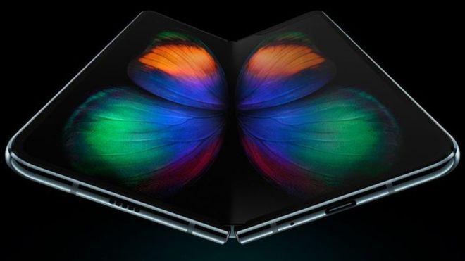 Samsung mostró Galaxy Fold, su primer celular plegable y flexible, a principios de este año. SAMSUNG