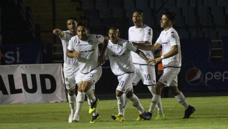 Carlos Estrada celebra con sus compañeros el primer gol de Comunicaciones contra Cobán Imperial. (Foto Prensa Libre: Luis López).