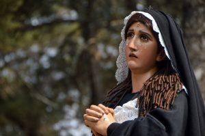La Virgen de Dolores acompaña el paso de Jesús de Santa Ana. Foto Prensa Libre: Héctor González