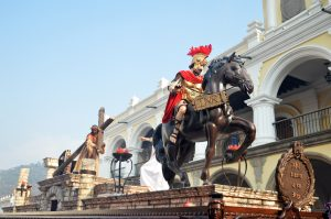 Al frente de la procesión se podía apreciar a un pretoriano romano y a Poncio Pilatos. Foto Prensa Libre: Héctor González