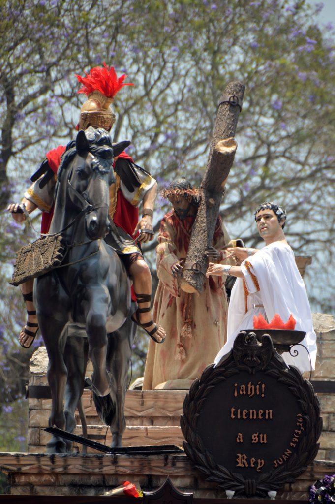 """Este año el mensaje de las andas se centraba en el momento en que Pilatos ofrece a Jesús diciendo: """"Ahí tienen a su rey"""". Foto Prensa Libre: Héctor González"""