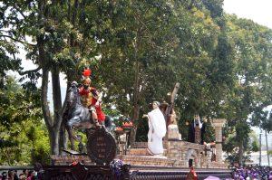 Cuando Jesús sale de la aldea Santa Ana se encuentra con una arboleda en la Calle del Hermano Pedro con dirección hacia Antigua Guatemala. Foto Prensa Libre Héctor González