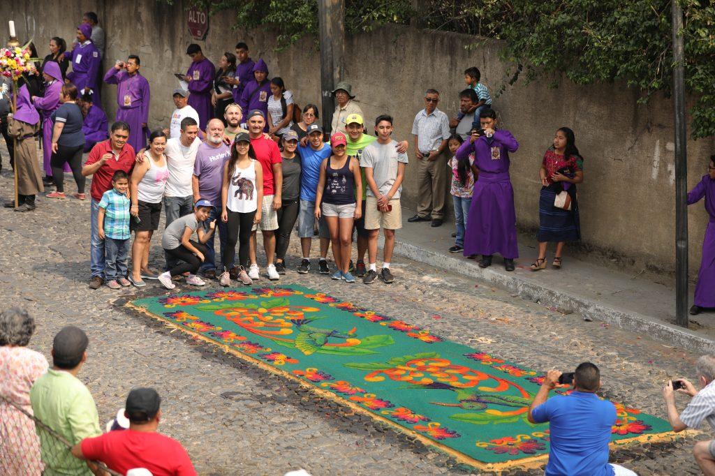 Vecinos del barrio de la Candelaria en Antigua Guatemala  hicieron varias alfombras de aserrín. Foto Prensa Libre: Jorge Ordóñez