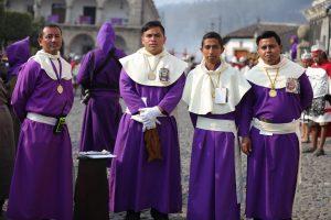 La Hermandad de Santa Ana utiliza un traje con capucha blanca y cinturón blanco, para distinguirse entre los devotos. Foto Prensa Libre: Jorge Ordóñez
