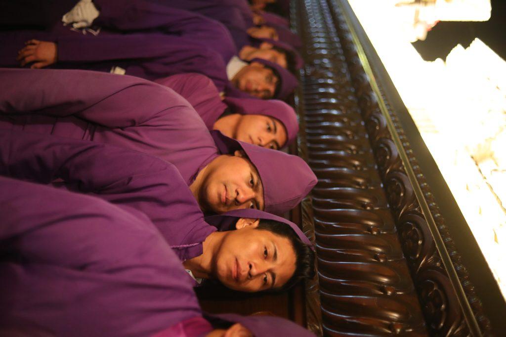 Los devotos cargadores utilizan un traje morado completo. Foto Prensa Libre: Jorge Ordóñez