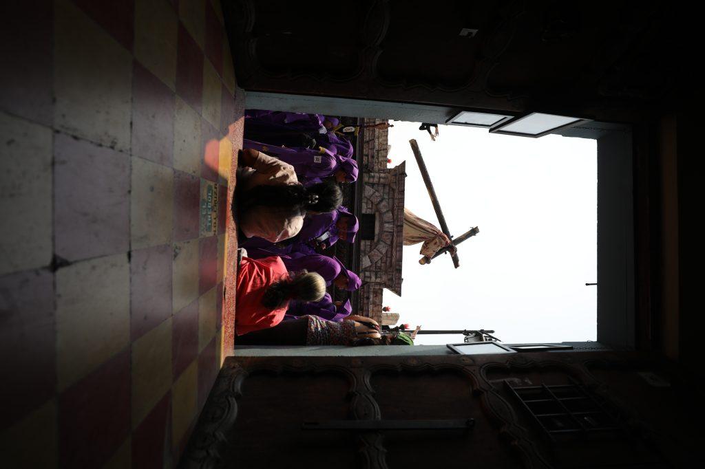 Las paredes de adobe de la Antigua Guatemala son el marco perfecto para la procesión. Foto Prensa Libre: Jorge Ordóñez