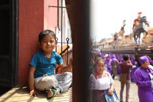 Un niño sonríe previo al paso del nazareno de la Dulce Mirada. Foto Prensa Libre: Jorge Ordóñez