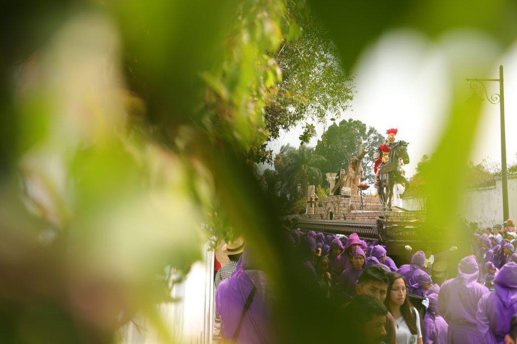 El verde de las veredas de la Ciudad de las Perpetuas Rosas, Antigua Guatemala, embellecen el recorrido. Foto Prensa Libre: Jorge Ordóñez