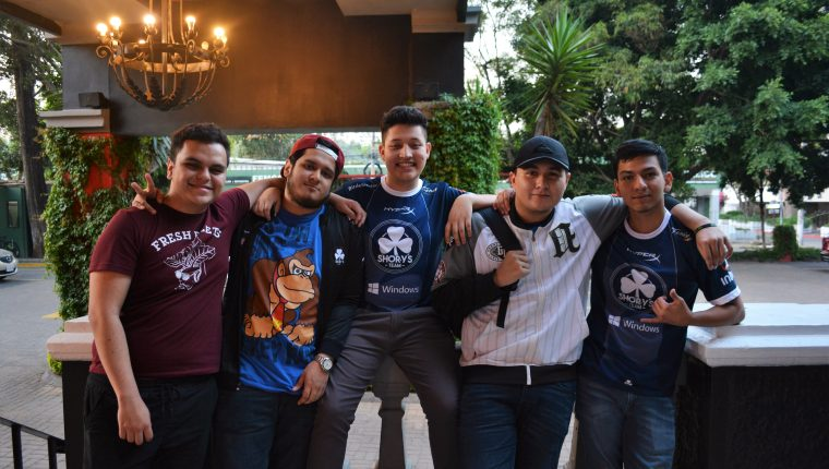 Diego Valenzuela (Lux COD), Renato Cabrera (LitRazzor), Daniel Valdez (DJ), Ricardo Cuellar (EvAdde) y Emilio de la Cruz (EmilioDLC), representantes de Guatemala en el Call Of Duty World League.  (Foto Prensa Libre: Cortesía Shorys Game).