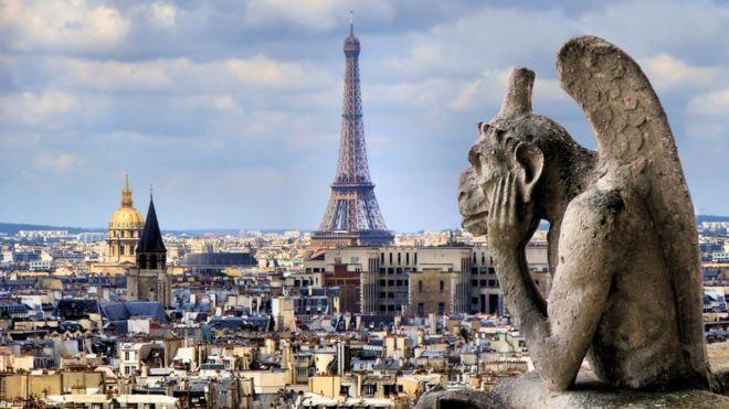 """""""Vigilando"""" la ciudad de París, se erige una gárgola en forma de mono alado en las alturas de Notre Dame.  GETTY IMAGES"""