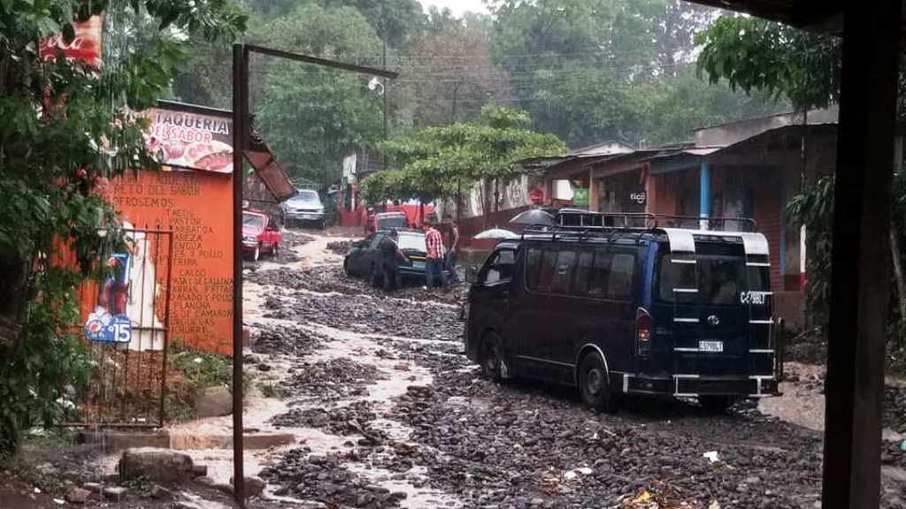 Este es el estado actual del tramo carretero en San Miguelito, Génova, Quetzaltenango, la obra debió ser terminada en 18 meses, pero la empresa abandonó los trabajos. (Foto Prensa Libre)