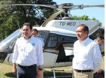 El presidente Jimmy Morales y el exministro de Gobernación, Francisco Rivas, viajaron en enero del 2018 en un helicóptero de Mario Estrada. (Foto Prensa Libre: SCSP)