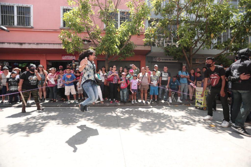 También es tradición que las personas que las personas que observan la Huelga de Dolores sean llamadas a participar saltando la cuerda. Foto Prensa Libre: Juan Diego González