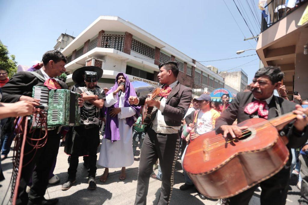 Mariachis acompañaron a los reyes feos.  Foto Prensa Libre: Juan Diego González