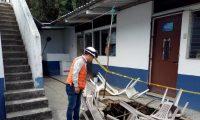 El suelo colapsó en un área del patio de la Unidad de Maternidad, por lo que la atención en el lugar queda suspendida. (Foto Prensa Libre: Cortesía Conred)