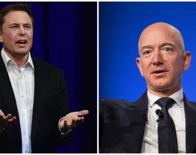 Elon Musk (i) y Jeff Bezos (d) tuvieron un momento de polémica en Twitter. (Foto Prensa Libre: Hemeroteca)