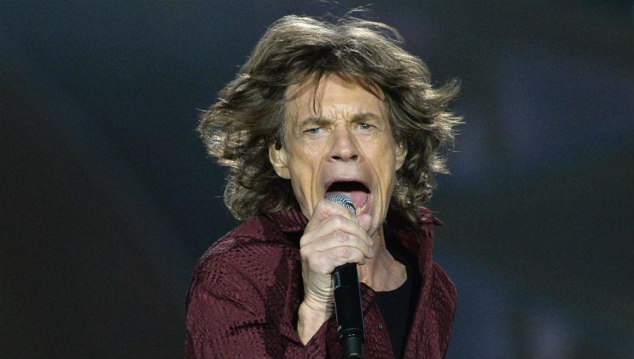 El líder de los Rolling Stones, Mick Jagger, cuenta con el apoyo de los seguidores del grupo, quienes esperan que se recupere. (Foto Prensa Libre: AFP)