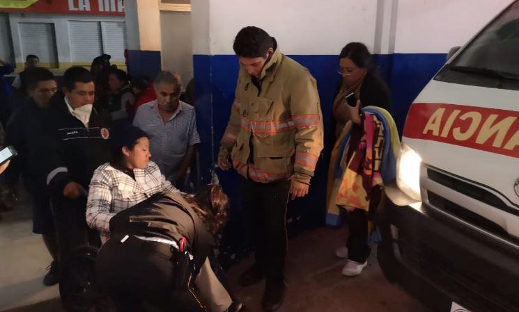 Los socorristas trasladaron a más de 70 personas al Hospital de Mataquescuintla. (Foto Prensa Libre: CBV)