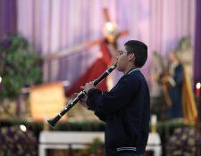 José Arnoldo Franco Chavarry, con 16 años de edad ha compuesto cinco marchas fúnebres. (Foto Prensa Libre: Carlos Hernández)