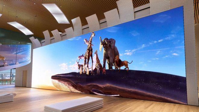 """Sony dice que su nueva pantalla gigante de 16K es """"como una ventana al mundo"""". Esta instalación se encuentra en Japón. SONY"""
