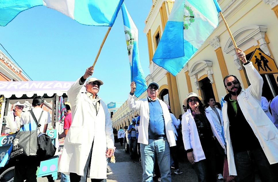 La dignificación salarial de los profesionales de la salud va en camino, más de 2 mil ya tomaron posesión de sus plazas permanentes. (Foto Prensa Libre: Hemeroteca PL)