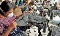 El sector de vestuario y textil propone un incremento salarial entre 3.2% a 4.2%, que es la fórmula que recomendó la OIT y que se calcula con la inflación esperada, productividad, crecimiento económico y crecimiento poblacional. (Foto Prensa Libre: Hemeroteca)