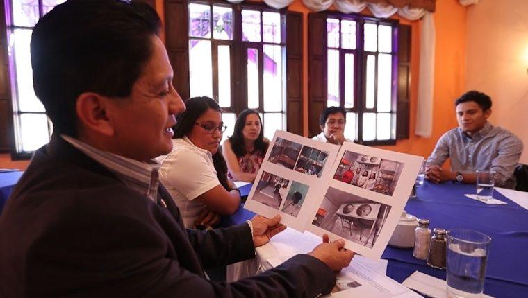 Estudiantes y catedráticos revisan fotografías de los proyectos que han entregado. (Foto Prensa Libre: María Longo)