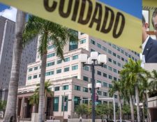 Vista este jueves del edificio de justicia James Lawrence King donde se llevó a cabo la audiencia de este martes por el caso que se sigue en contra de Mario Estrada (inserto). (Foto Prensa Libre. EFE)
