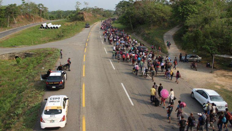 Un grupo de migrantes avanza por una carretera de Huixtla, México. (Foto Prensa Libre: EFE)