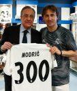 Florentino Pérez posa junto a Luka Modric con la playera de los 300 partidos con el Madrid. (Foto Real Madrid).