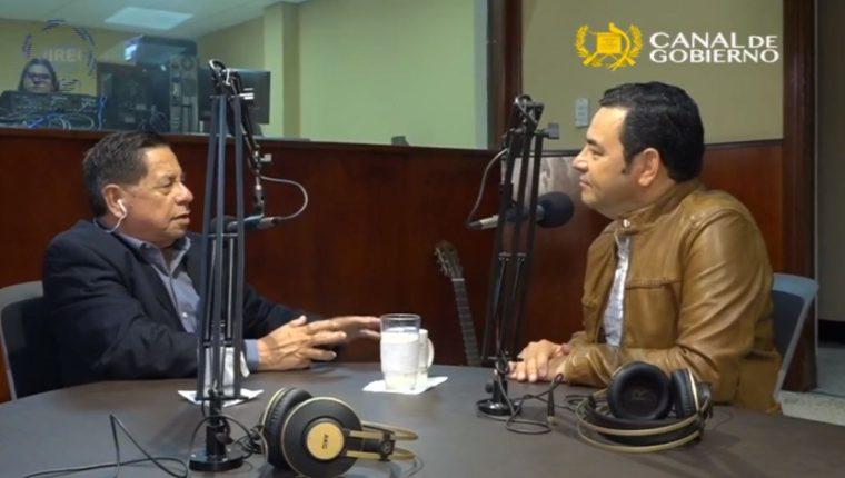 El presidente Jimmy Morales durante la entrevista en Radio Cultural. (Foto Prensa Libre: Facebook)