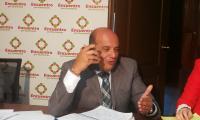 El secretario de Conamigua, Carlos Narez, conversa por teléfono con un migrante que participó desde EE. UU. en la reunión con diputados de Encuentro por Guatemala. (Foto Prenas Libre: Sergio Morales)