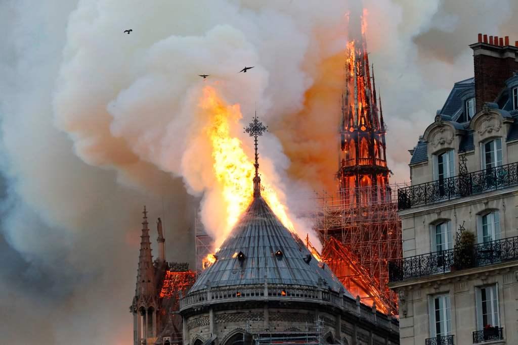 Incendio en la Catedral de Notre Dame en París, Francia. (Foto Prensa Libre: AFP)