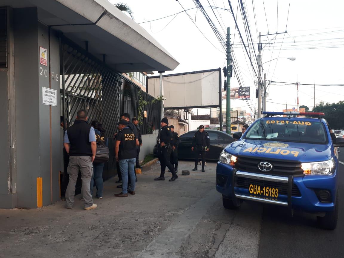 Policías en uno de los allanamientos en la zona 10 capitalina. (Foto: PNC)