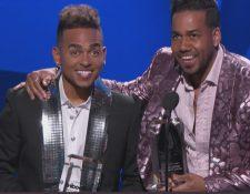 """Los artistas Romeo Santos y Ozuna   ganaron en la categoría Canción Tropical del Año con su tema """"Sobredosis"""". (Foto Prensa Libre: Telemundo)"""