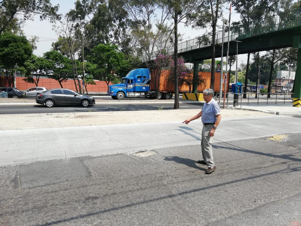 Uno de los vecinos muestra la estación del Transmetro que les causaría problemas de mobilidad.(Foto Prensa Libre: José Patzán)