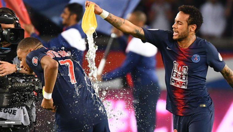 Neymar Jr festeja con Mbappé el título de la Liga francesa. (Foto Prensa Libre: AFP).