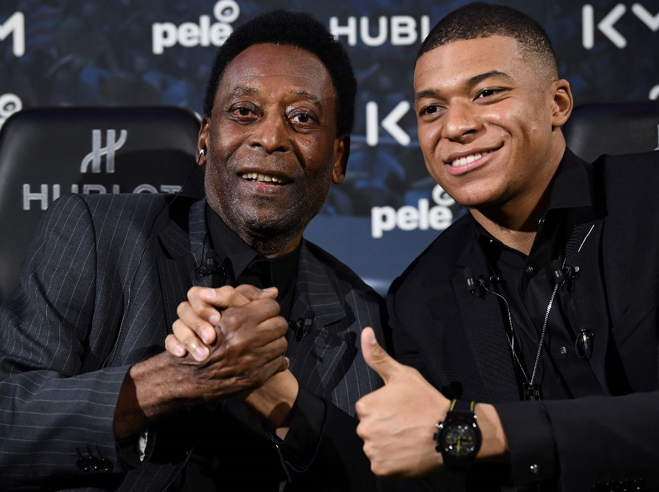 Pelé se reunió con Mbappé  en un acto publicitario donde hablaron de la trayectoria en el futbol. (Foto Prensa Libre: AFP).