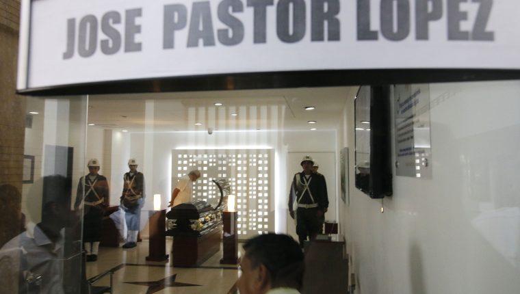 Decenas de personas asisten al funeral del cantante Pastor López , en Cúcuta, Colombia. (Foto Prensa Libre: EFE)