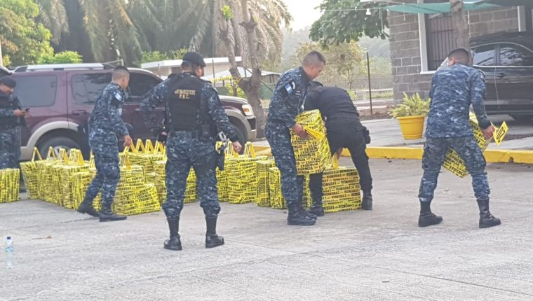 Agentes de la Policía Nacional Civil junto a fiscales del MP embalan droga decomisada en San Marcos. (Foto Prensa Libe: Hemeroteca PL)